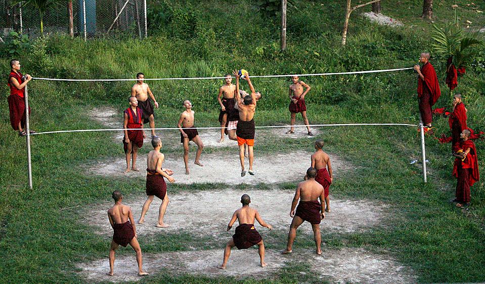 Monges jogando voleibol em Rabdey Dratsang, no Butão (Reprodução)