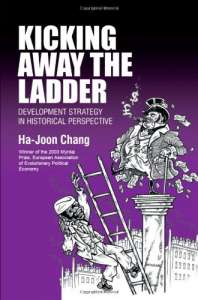 """Capa do livro """"Chutando a Escada"""", de Há-Joon Chang"""