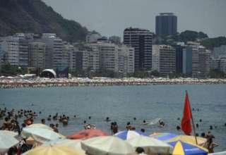 Banhistas lotam a praia de Copacabana (Fernando Frazão/Agência Brasil)