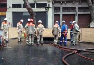 Equipes da Light trabalham no local da explosão de bueiro, no centro do Rio (Paulo Virgílio/ Agência Brasil)