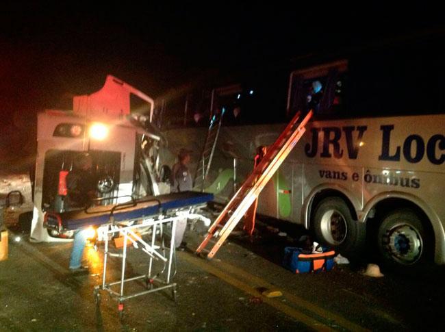Acidente entre ônibus e carreta deixa seis mortos em Minas Gerais