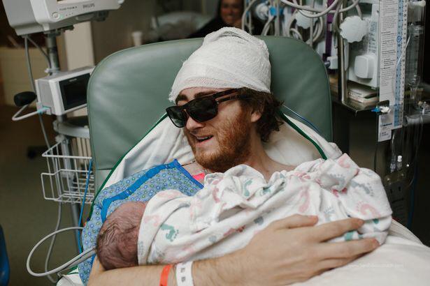 Pai com câncer terminal se esforça para ver o filho nascer