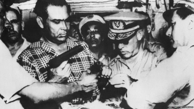 Ditador Fulgêncio Batista,à esquerda, inspeciona armas apreendidas depois de uma rebelião que fracassou, liderada por um jovem chamado Fidel Castro (Foto: 1953 OFF / AFP / Getty Images)