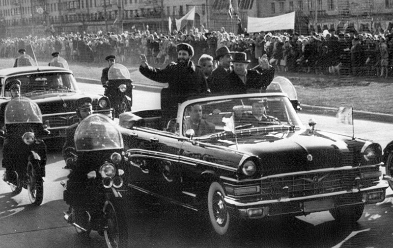 Primeira visita de Fidel Castro à União Soviética. Fidel Castro e Nikita Krushev desfilam em carro aberto (Reprodução: TASS/AFP)