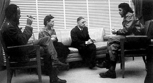 Da esquerda para a direita: Fidel Castro, Simone de Beauvoir, Jean Paul Sartre, e Ernesto Che Guevara (Reprodução: https://br.pinterest.com/pin/402298179194770389/)
