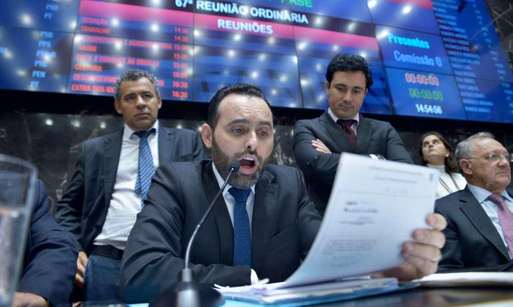 Primeiro secretário da ALMG, deputado Ulysses Gomes (PT), faz a leitura do parecer (Sarah Torres/ALMG)