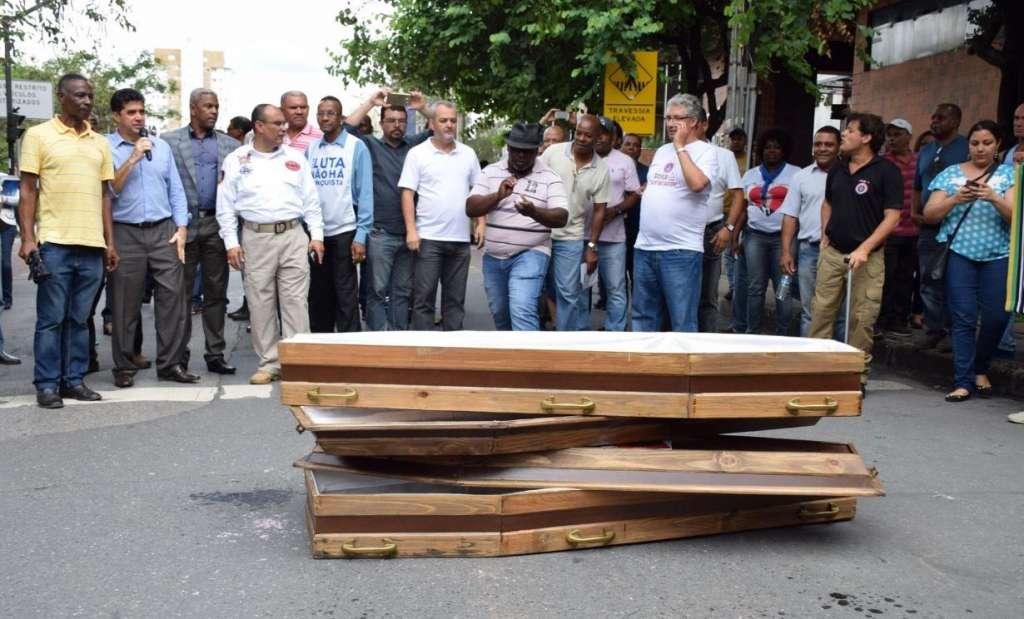 Manifestantes contrários ao governador Pimentel empilham caixões em frente à ALMG (Reprodução/Facebook)