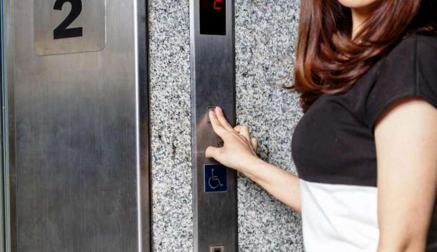 Ascensorista de elevador denuncia síndico de condomínio por assédio sexual e moral