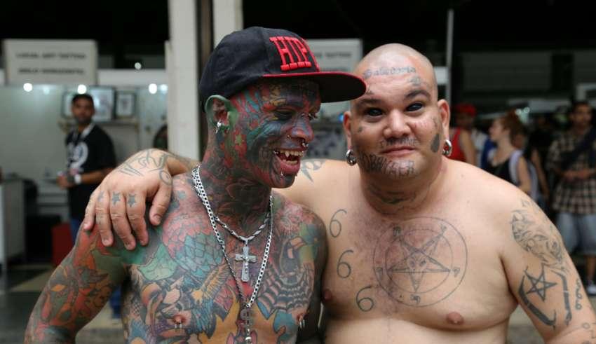 Homem Com Mais De Mil Tattoos E Olhos Tatuados Marca Festival