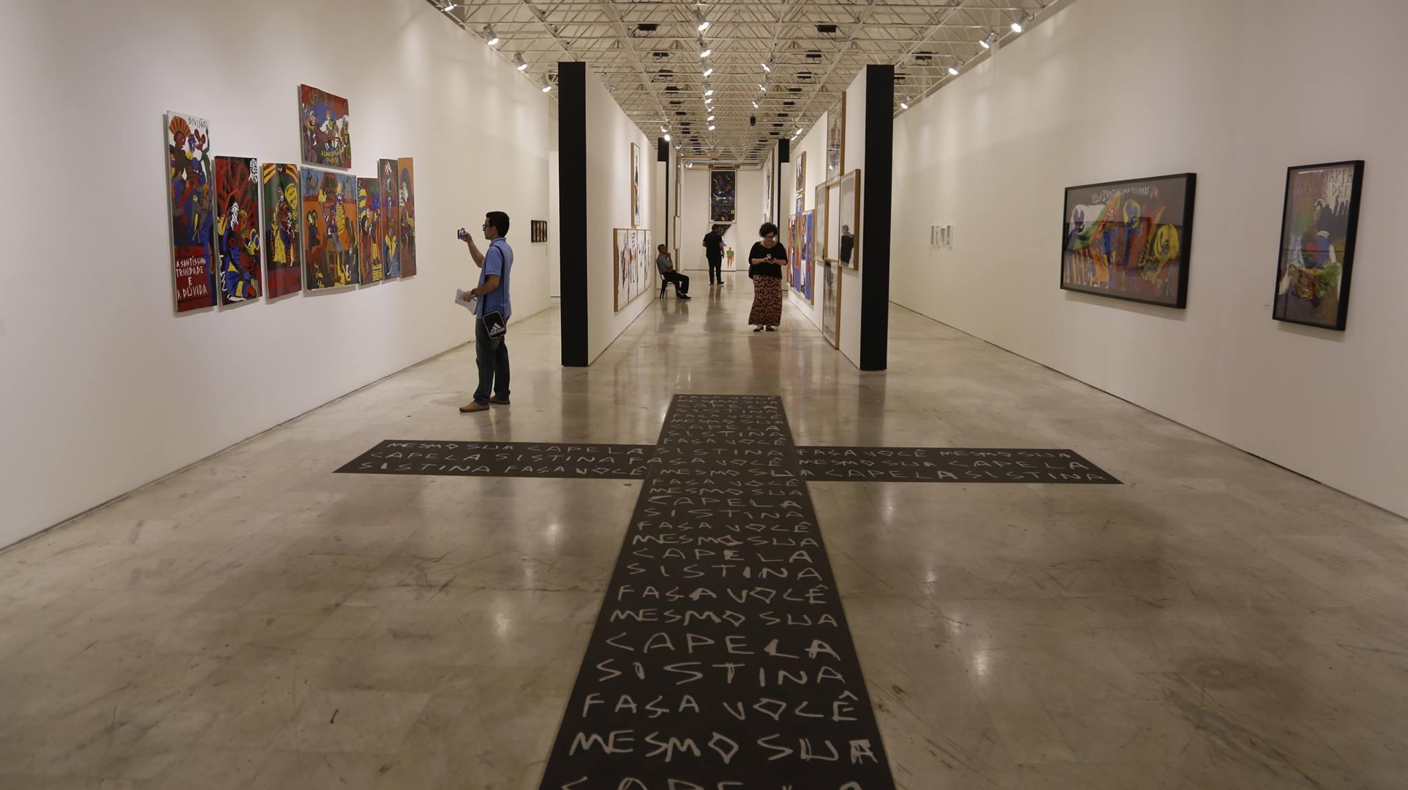 Caetano Veloso visita exposição criticada e defende liberdade artística