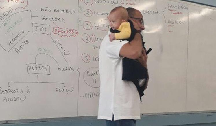 Professor nina bebê de aluna durante aula
