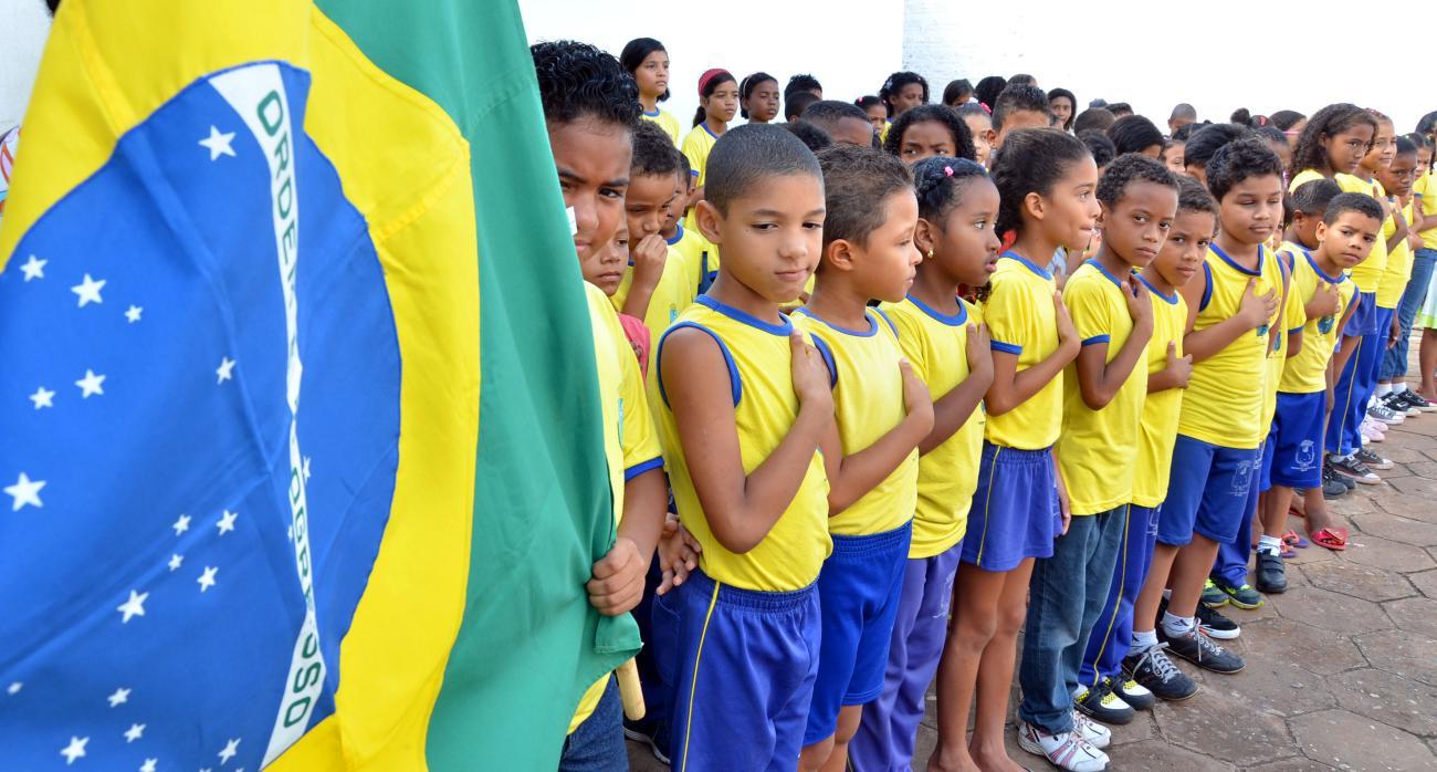 Resultado de imagem para meninos cantando o hino nacional ç nas escolas