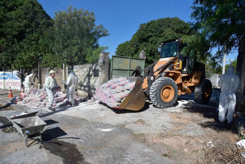 Em Contagem, a prefeitura espalhou cal em um terreno infestado por carrapato-estrela. As pessoas que morreram na cidade tiveram acesso ao local (Guarda Civil de Contagem/Divulgação)