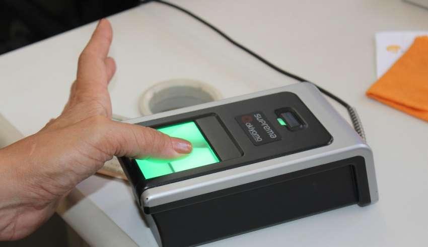 Resultado de imagem para Eleitores com mais de 70 anos precisam fazer a biometria