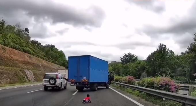 crianca arremessada de carro