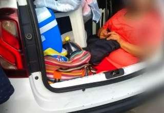 Mulher porta-malas carro