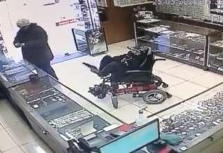 homem em cadeira de rodas assalta