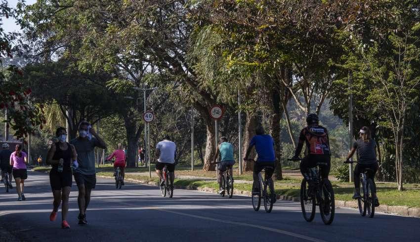 Pessoas se aglomeram para praticar corrida e andar de bicicleta na orla da Pampulha mesmo risco do pico da Covid-19