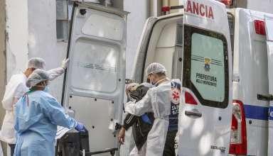 Funcionários de hospital desembarcam paciente de ambulância em BH