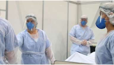 Enfermeiros e médicos com roupas de proteção contra a Covid-19