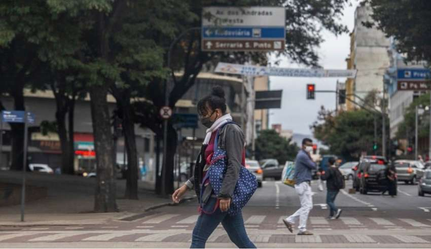 pessoas andando com máscara no centro de Belo Horizonte