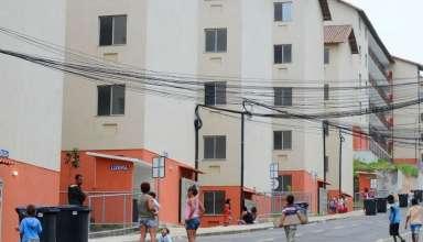 pessoas na entrada de um conjunto habitacional