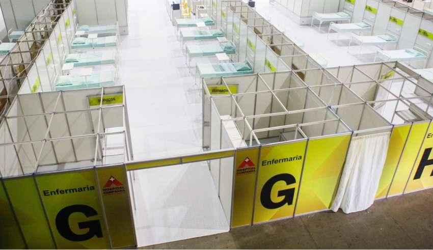 Leitos do hospital de campanha montado no Expominas, em BH