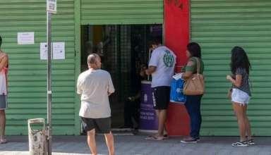 pessoas esperando o comércio de BH abrir