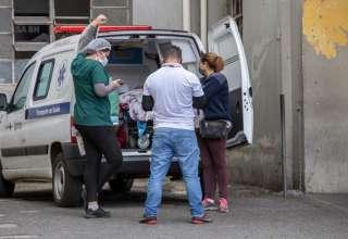 Funcionários da saúde em ambulância