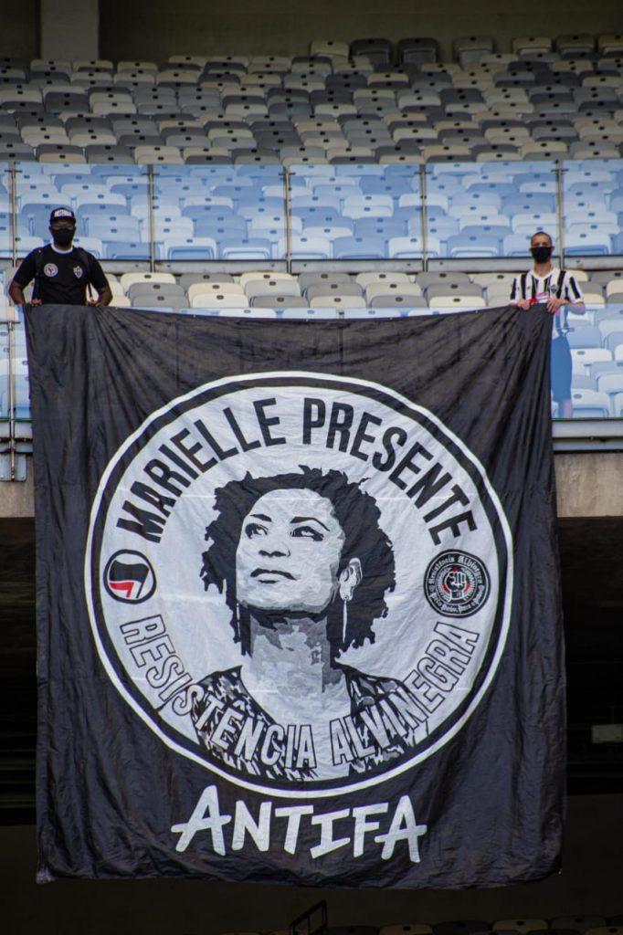 bandeira em homenagem a marielle estendida no mineirão