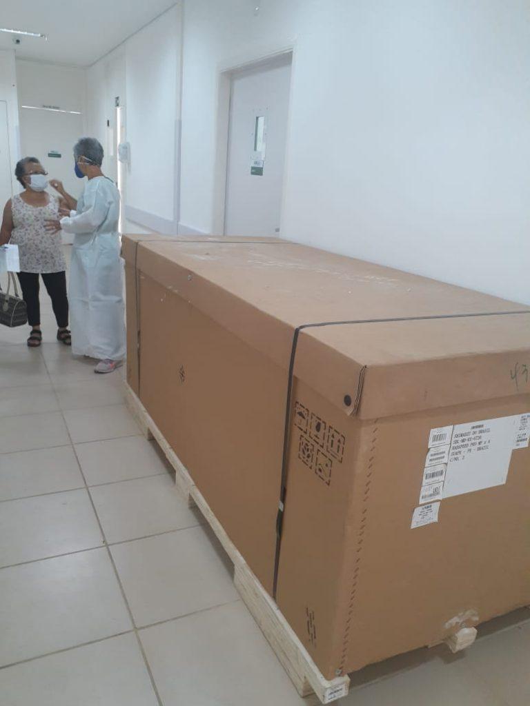 Aparelho de raio X digital dentro da caixa no corredor da UPA Norte