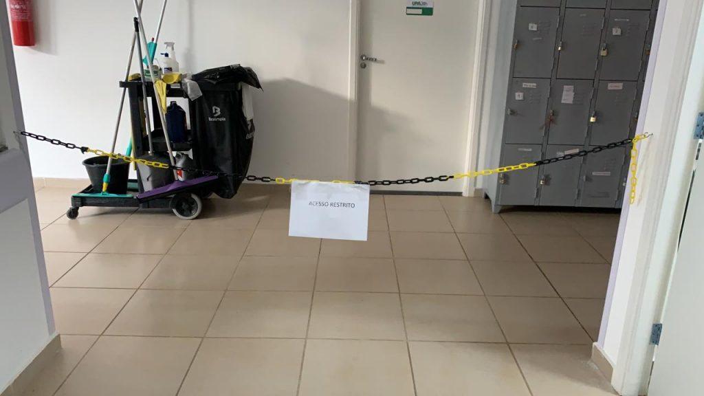 Uma corrente e uma placa sinalizam o acesso restrito