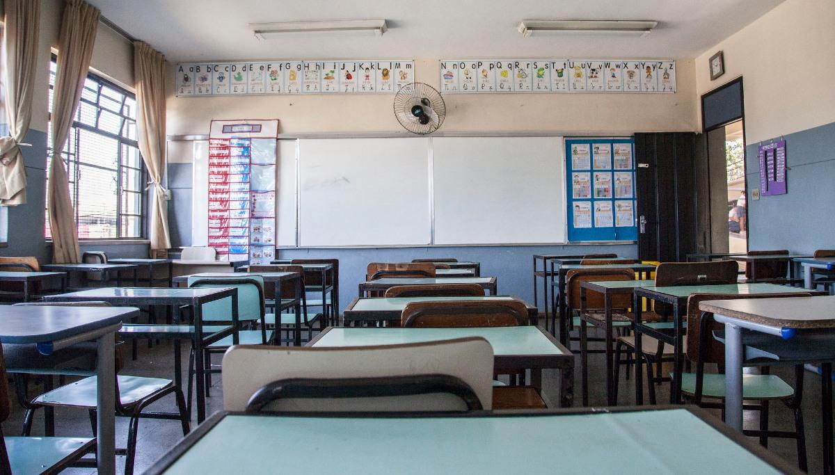 sala de aula carteira quadro branco dia do professor