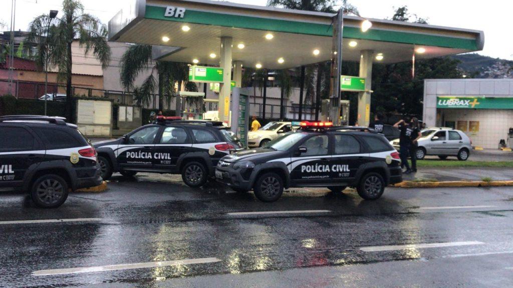 Polícia no posto de gasolina