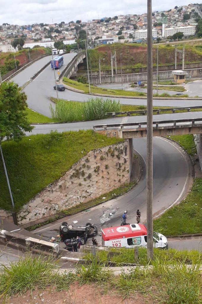 carro cai de viaduto