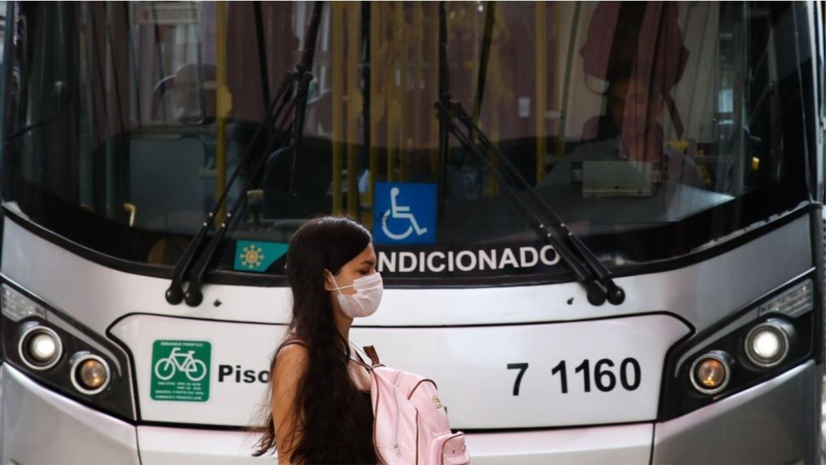 mulher-ônibus-viagem