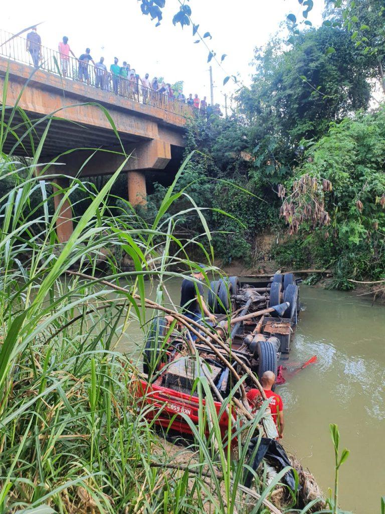 caminhão cai rio mg-424