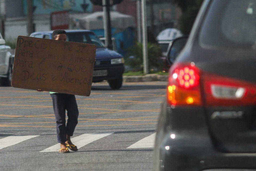 criança com cartaz na rua
