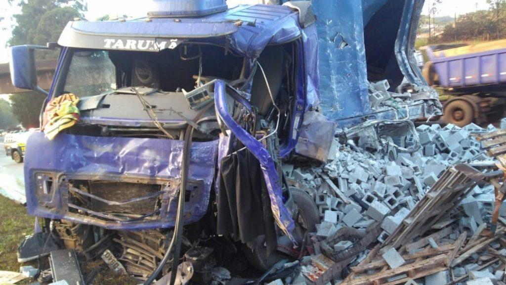 acidente carreta com blocos