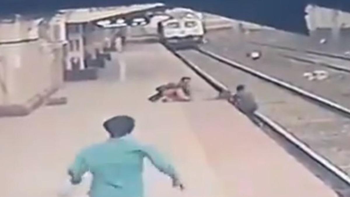 homem salva criança trem Índia