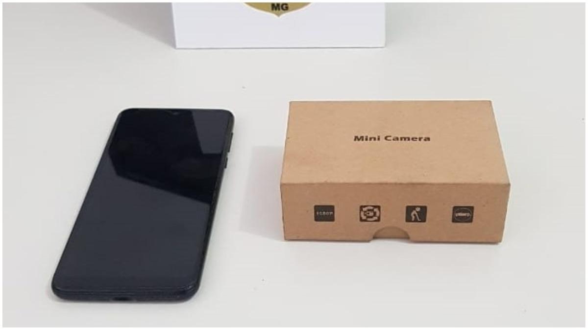 celular e caixa de equipamento usado para filmar mulheres em banheiro